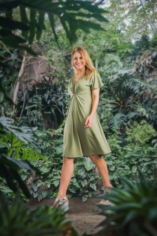 Grünes Jerseykleid mit drappiertem Vorderteil